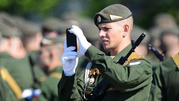 Un soldado ruso con un teléfono móvil (imagen referencial) - Sputnik Mundo