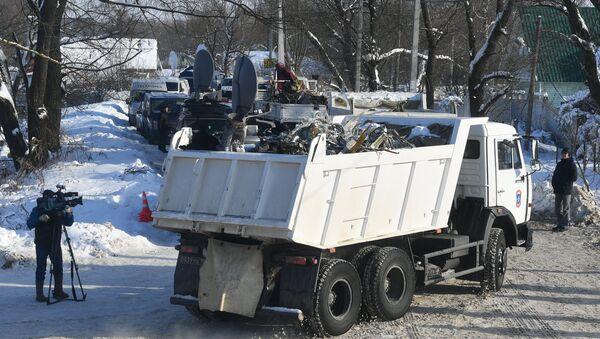 Los camiones con los fragmentos del avión siniestrado a las afueras de Moscú - Sputnik Mundo