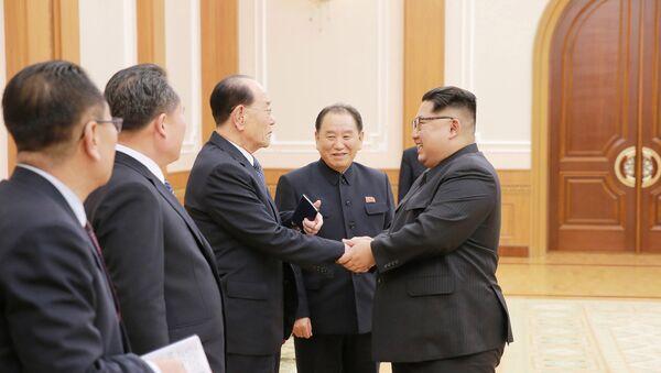 El líder norcoreano Kim Jong-un, ascendiendo a comandantes del Ejército - Sputnik Mundo