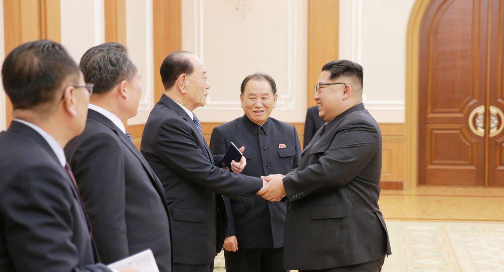 El líder norcoreano Kim Jong-un, ascendiendo a comandantes del Ejército