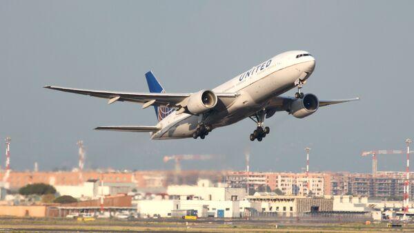Un Boeing 777 de United Airlines  - Sputnik Mundo