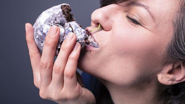Una mujer comiendo - Sputnik Mundo