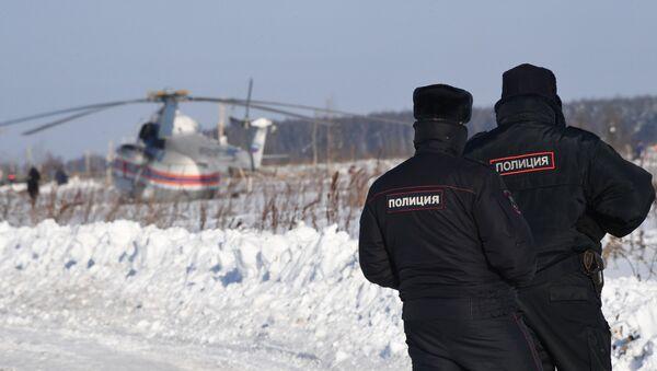 Helicóptero del Ministerio de Emergencias ruso y las policías en el lugar del siniestro del avión An-148 a las afueras de Moscú - Sputnik Mundo