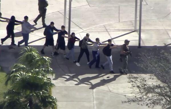 Masacre en San Valentín: un exalumno mata a 17 personas en una escuela de EEUU - Sputnik Mundo