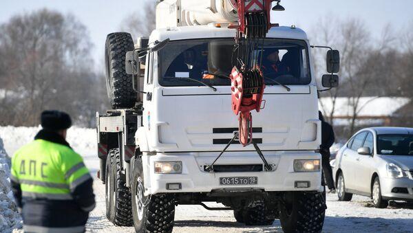 Un camión del Ministerio de Emergencias ruso en el lugar del siniestro del avión An-148 a las afueras de Moscú - Sputnik Mundo