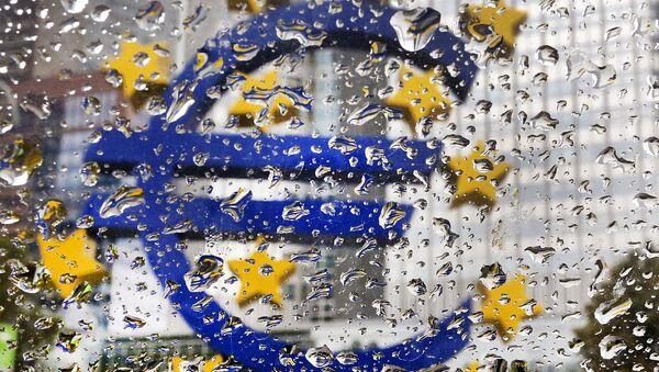 La escultura del euro frente a la sede del Banco Central Europeo (BCE) (archivo) - Sputnik Mundo
