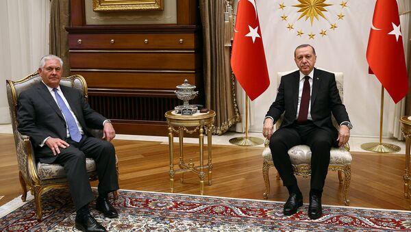 El presidente de Turquía, Recep Tayyip Erdogan, junto al secretario de Estado de EEUU, Rex Tillerson - Sputnik Mundo
