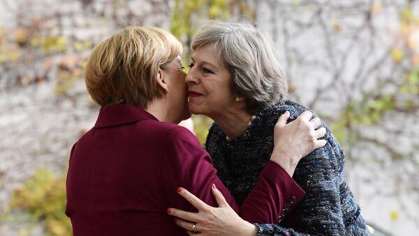 La canciller de Alemania, Angela Merkel, y la primera ministra del Reino Unido, Theresa May - Sputnik Mundo