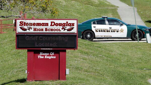 Policía cerca de la escuela secundaria Stoneman Douglas del estado de Florida, EEUU - Sputnik Mundo