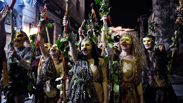 La gente participa en una recreación de una antigua celebración dedicada al dios griego Dionisio, marcando la temporada de carnaval - Sputnik Mundo