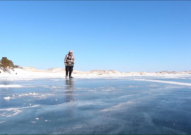 Una maestra de patinaje de 76 años se desliza por el lago Baikal