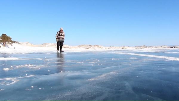 Una maestra de patinaje de 76 años se desliza por el lago Baikal - Sputnik Mundo