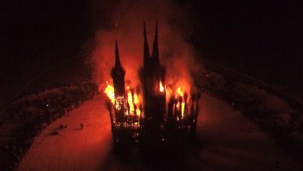 Una catedral gótica en llamas: así celebraron los rusos el festival más grande del año - Sputnik Mundo