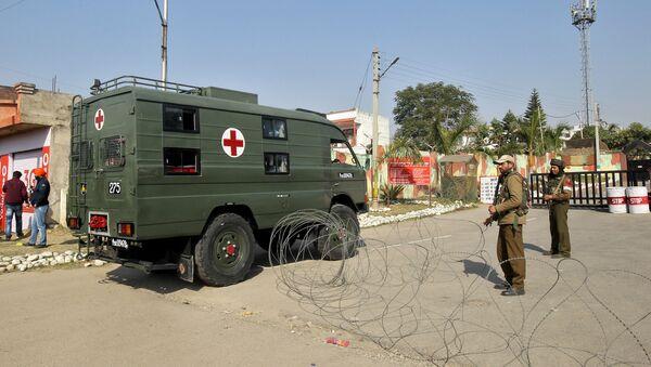 Ambulancia llega a un campamento militar indio en el estado de Jammu y Cachemira - Sputnik Mundo