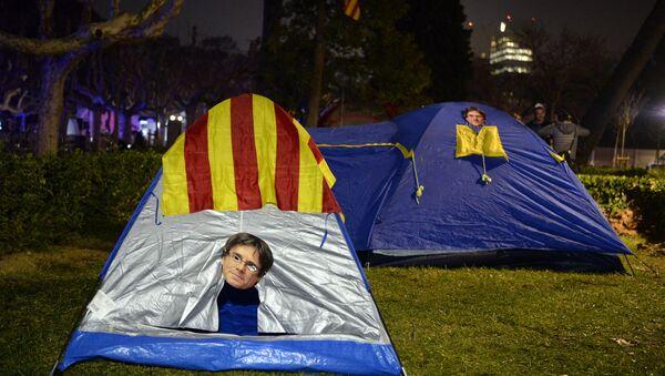 Una tienda de campaña con la máscara de Carles Puigdemont - Sputnik Mundo