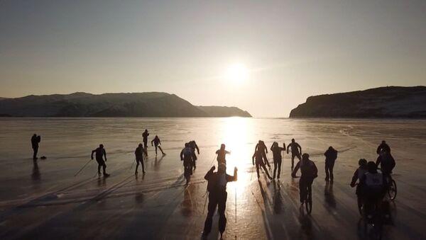 'Tormenta de hielo': una carrera extrema de patines y bicicletas sobre el congelado lago Baikal - Sputnik Mundo