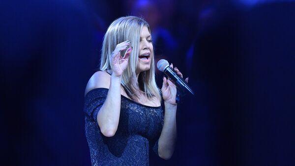 La cantante Fergie interpreta el himno naciona de EEUU antes del partido de baloncesto NBA All Star Game 2018 - Sputnik Mundo