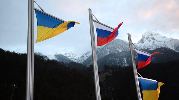 Banderas de Rusia y Ucrania - Sputnik Mundo