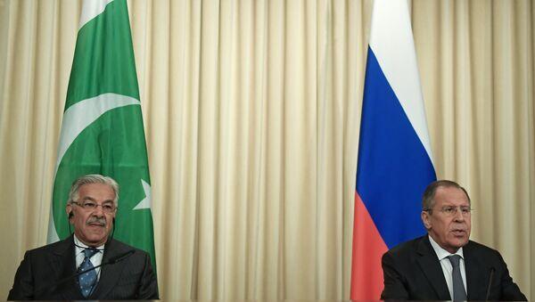 Canciller ruso, Serguéi Lavrov, con el ministro paquistaní de Exteriores, Khawaja Mohamed Asif - Sputnik Mundo