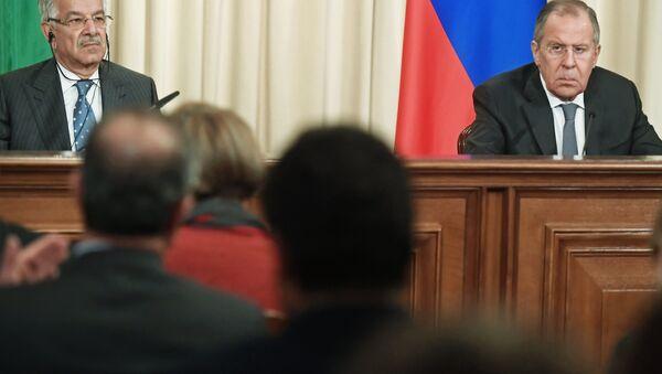 El ministro paquistaní de Exteriores, Khawaja Mohamed Asif, y su homólogo ruso, Serguéi Lavrov - Sputnik Mundo