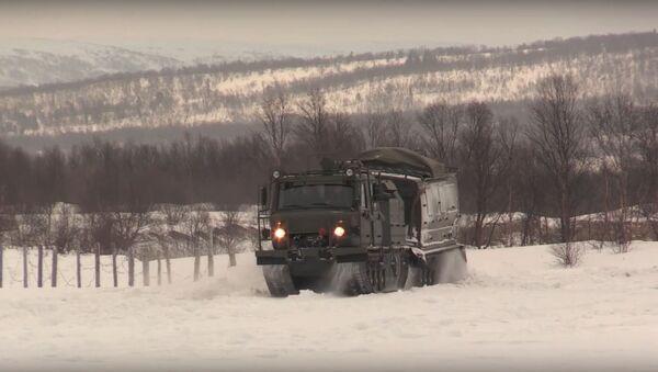 La Flota del Norte de Rusia pone a prueba sus todoterrenos sobre orugas - Sputnik Mundo
