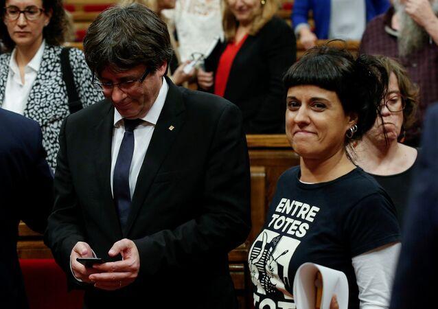 Carles Puigdemont, expresidente de Cataluña y Anna Gabriel, exdiputada catalana