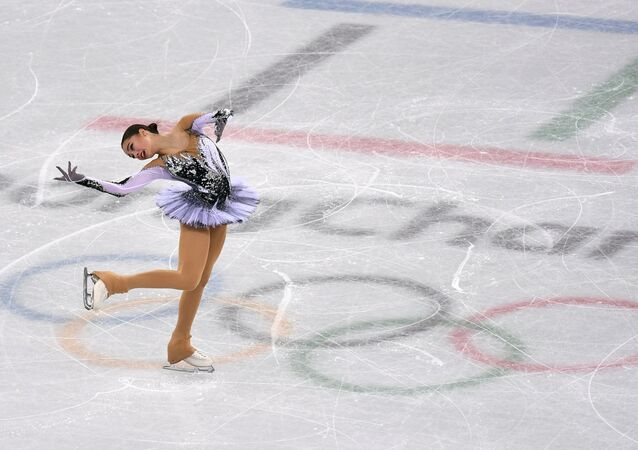 La patinadora rusa Alina Zaguítova durante su programa corto en el patinaje artístico en Pyeongchang el 21 de febrero