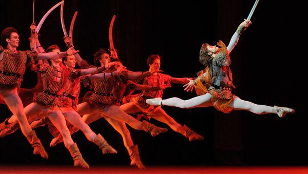 Artiom Ovcharenko, el primer bailarín del teatro Bolshói, en una de las escenas del ballet 'Iván el Terrible' - Sputnik Mundo