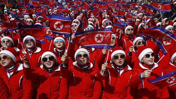Las animadoras norcoreanas con banderas nacionales - Sputnik Mundo