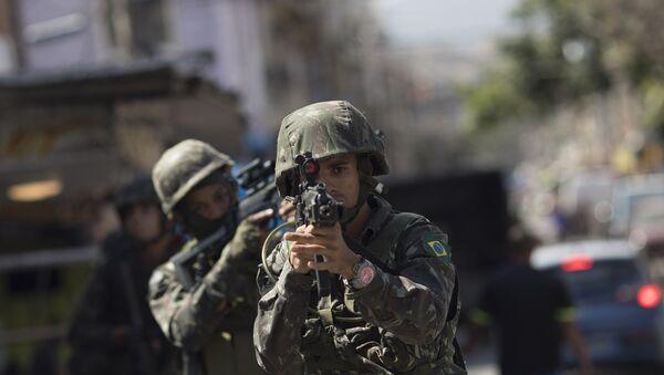 Un soldado brasileño en Río de Janeiro - Sputnik Mundo