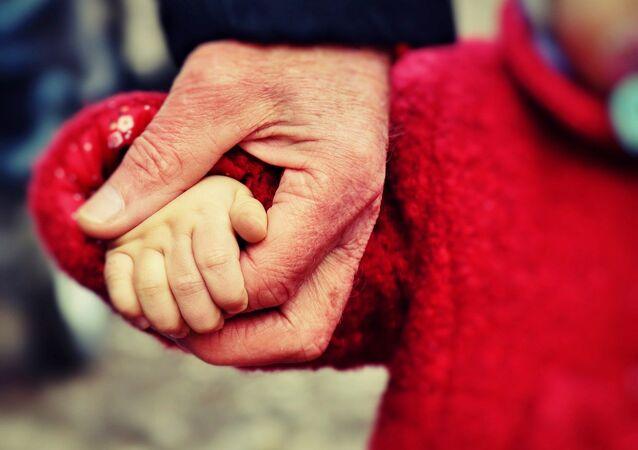 Un viejo con un niño de la mano
