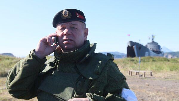 Un mayor general del Ejército ruso hablando por teléfono durante unos ejercicios - Sputnik Mundo