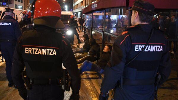 Agentes de la policía vasco durante los enfrentamientos entre seguidores del Spartak de Moscú y Athletic - Sputnik Mundo