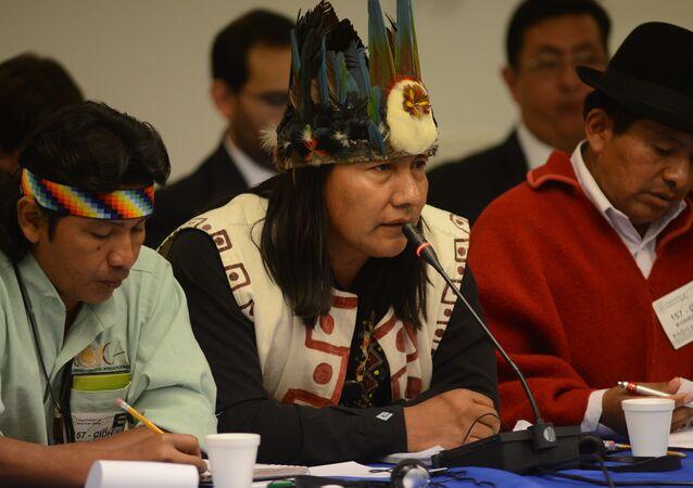 Un indígena sápara (centro)