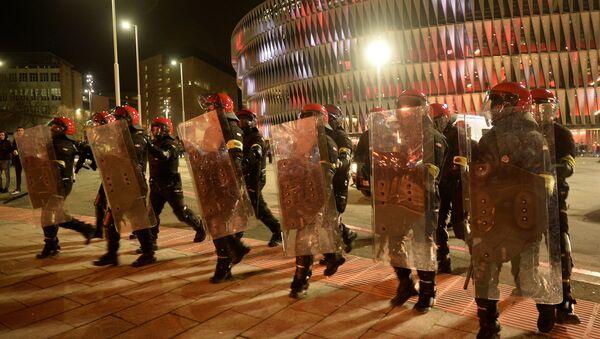 Policía vasco durante los enfrentamientos entre hinchas del Spartak y Athletic - Sputnik Mundo