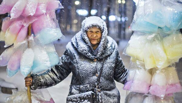 Tabyldy Kadyrbekov, Kirguistán. La vendedora de algodón de azúcar - Sputnik Mundo
