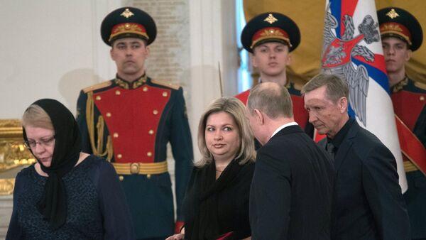 Putin otorga la Estrella Dorada a los parientes del piloto ruso fallecido en Siria, Román Filípov - Sputnik Mundo