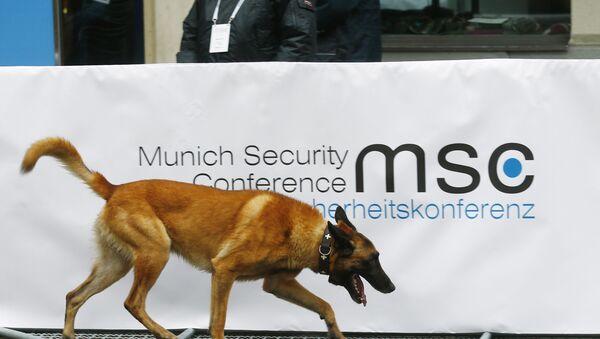 El perro policiaco cerca del logo de la Conferencia de Seguridad de Múnich - Sputnik Mundo