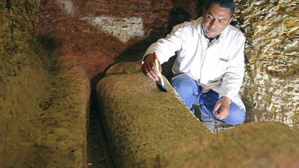 Uno de los sarcófagos hallados en la provincia egipcia de Minia - Sputnik Mundo