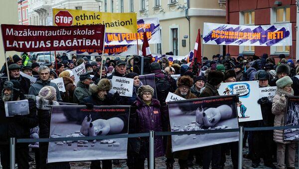 Manifestación en Riga contra la reforma de la educación (Archivo) - Sputnik Mundo