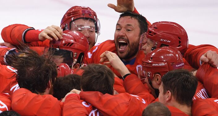 La selección rusa de hockey sobre hielo tras la víctoria, en el centro está Ilia Kovalchuk