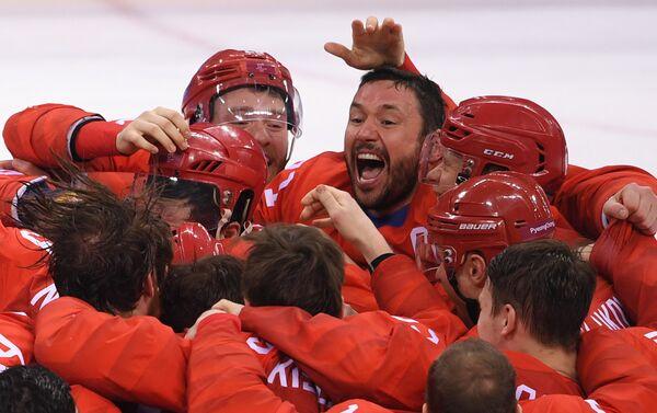 La selección rusa de hockey sobre hielo tras la víctoria, en el centro está Ilia Kovalchuk - Sputnik Mundo