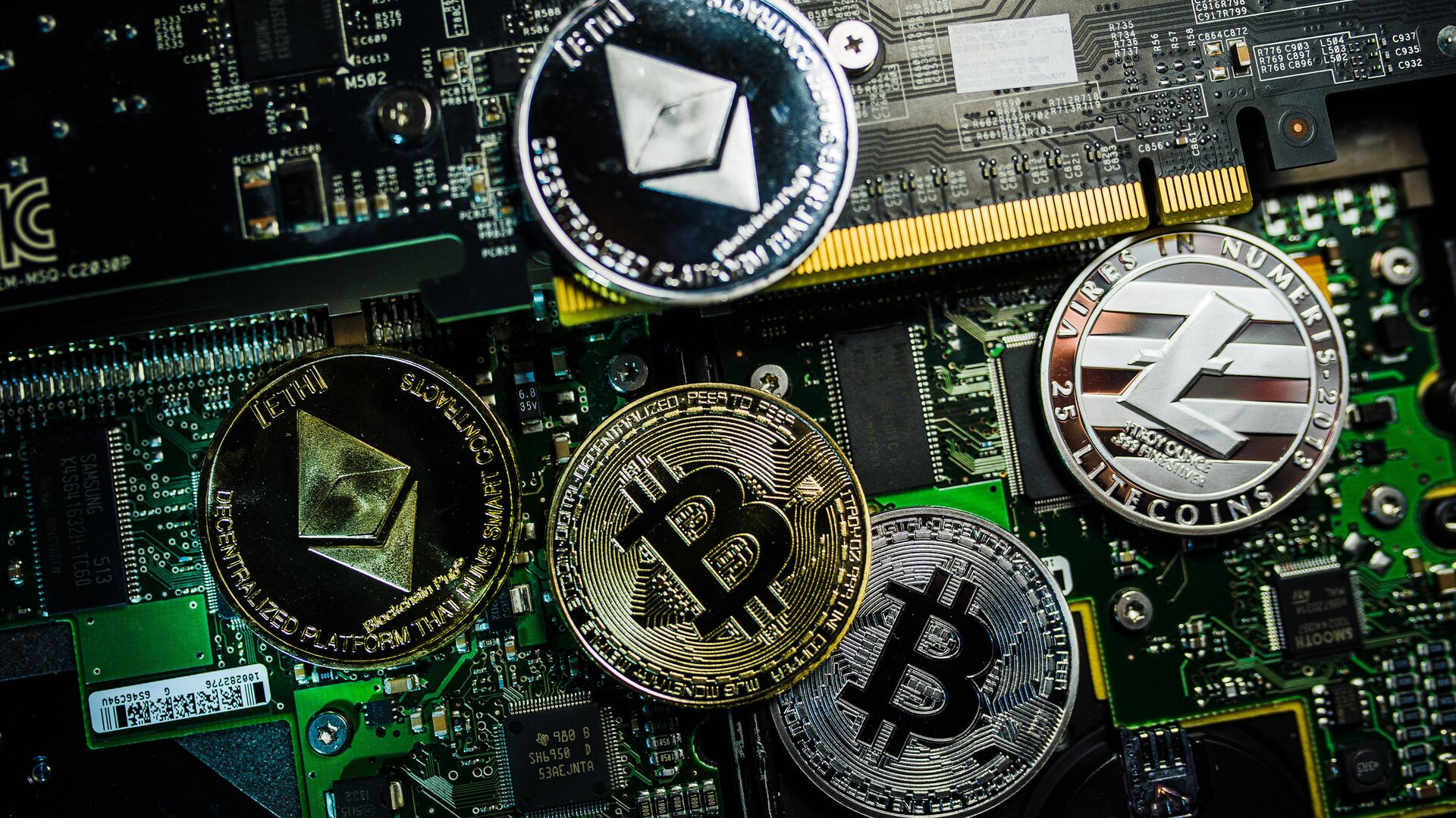 Souvenir coins with the cryptocurrency logos of Bitcoin, Litecoin and Ethereum - Sputnik Mundo, 1920, 23.02.2021