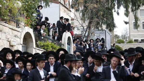 La ceremonia del entierro del rabino Shmuel Auerbach - Sputnik Mundo