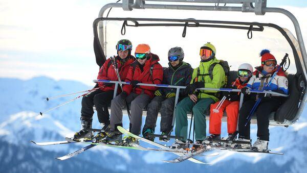 Los turistas en una estación de esquí - Sputnik Mundo