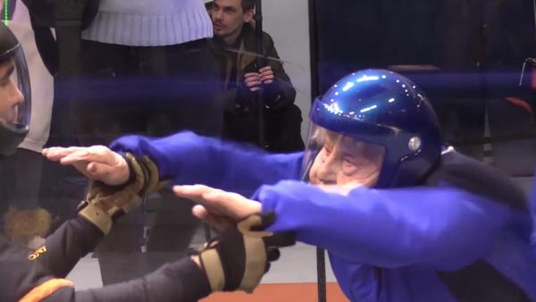Esta 'nonagenaria de hierro' rusa salta en paracaídas y bate récords, ¿qué has hecho tú? - Sputnik Mundo