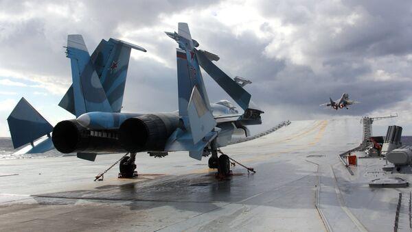 Su-33 y MiG-29K en la cubierta del crucero pesado Almirante Kuznetsov (Archivo) - Sputnik Mundo