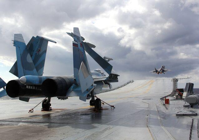 Su-33 y MiG-29K en la cubierta del crucero pesado Almirante Kuznetsov (Archivo)