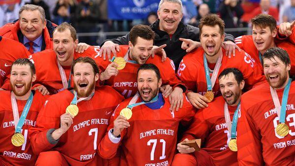 La selección rusa de hockey sobre hielo con las medallas de oro - Sputnik Mundo