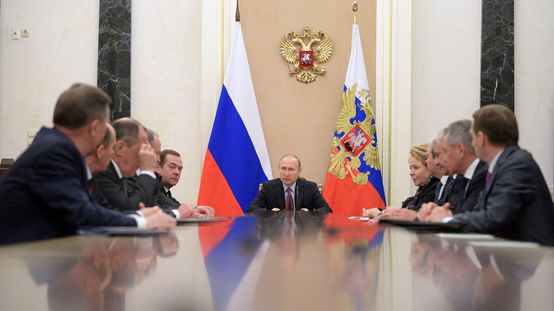 El presidente ruso Vladímir Putin con los miembros permanentes del Consejo de Seguridad de Rusia (archivo) - Sputnik Mundo, 1920, 14.04.2021